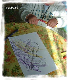 Gaspard decore sa guitare