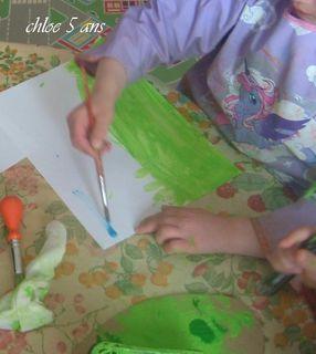 Chloe peint le fond pour coller ses vaches