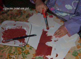 Capucine peint son pot