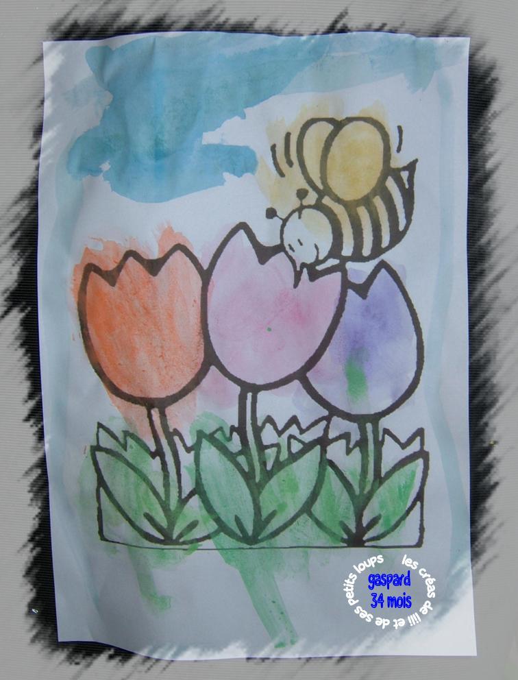 L'abeille butine les tulipes
