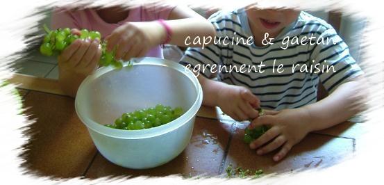 Capucine et gaetan egrennent le raisin