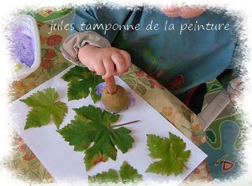 Jules peind sur les feuilles
