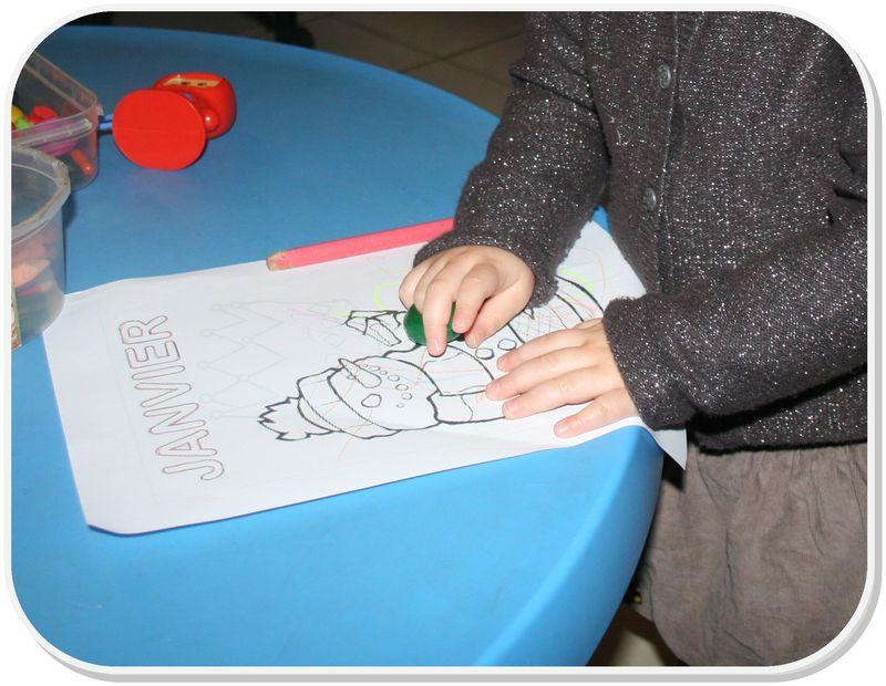 Gabrielle colore son dessin de janvier
